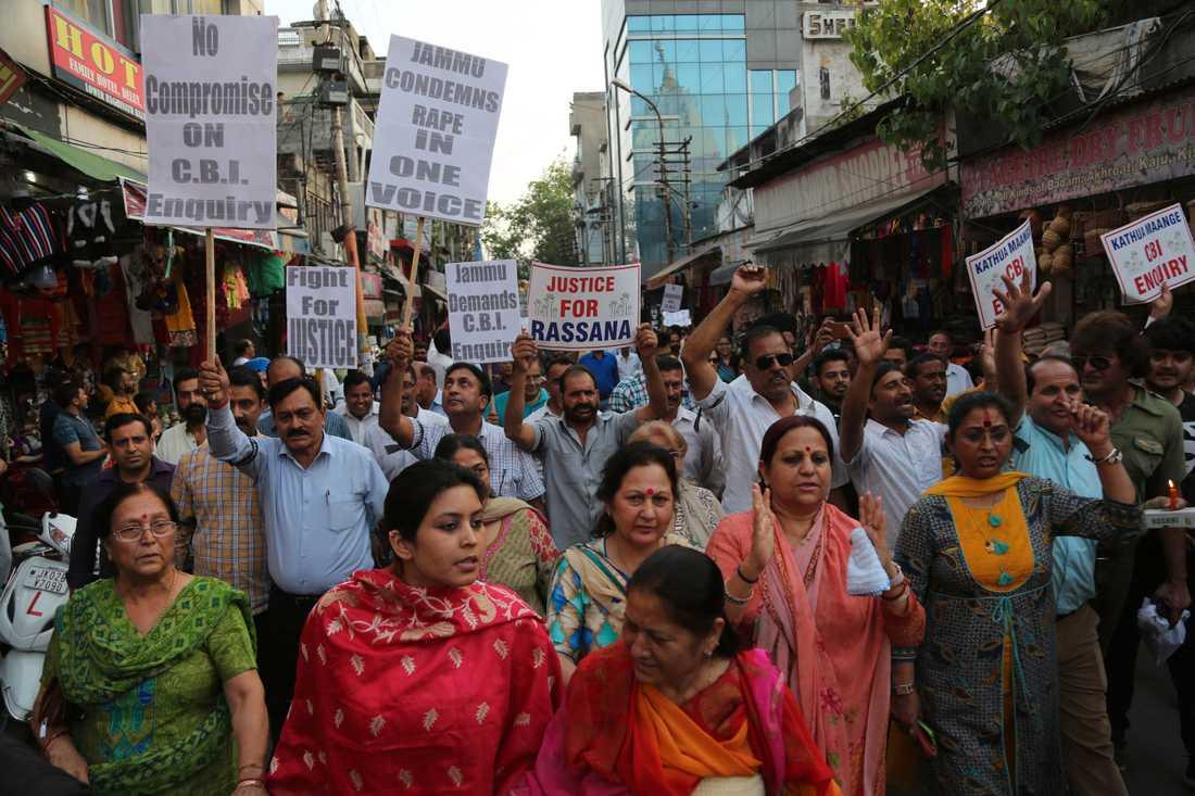 Indier demonstrerar i staden Jammu i april 2018, med kritik mot en utredning av ett våldtäktsmord på en åttaårig flicka.
