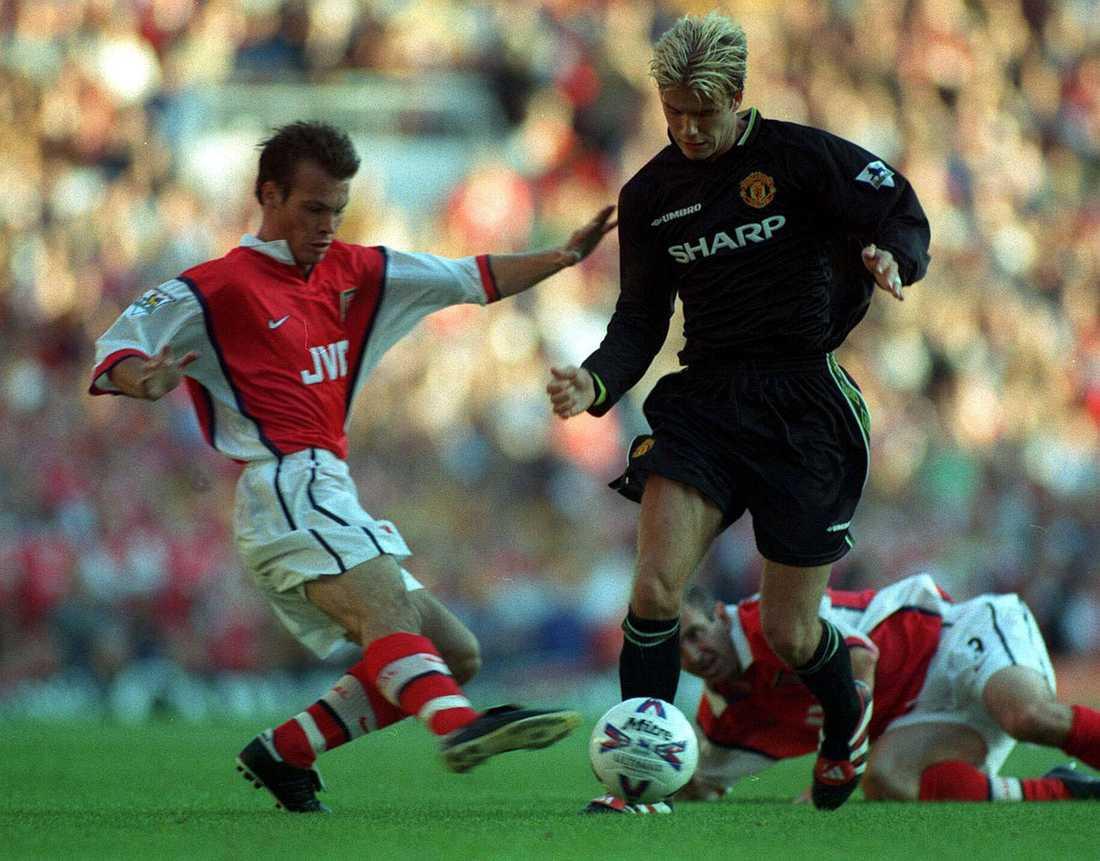Beckham i kamp med Arsenals Fredrik Ljungberg på Highbury i september 1998. Arsenal vann matchen med 3-0.