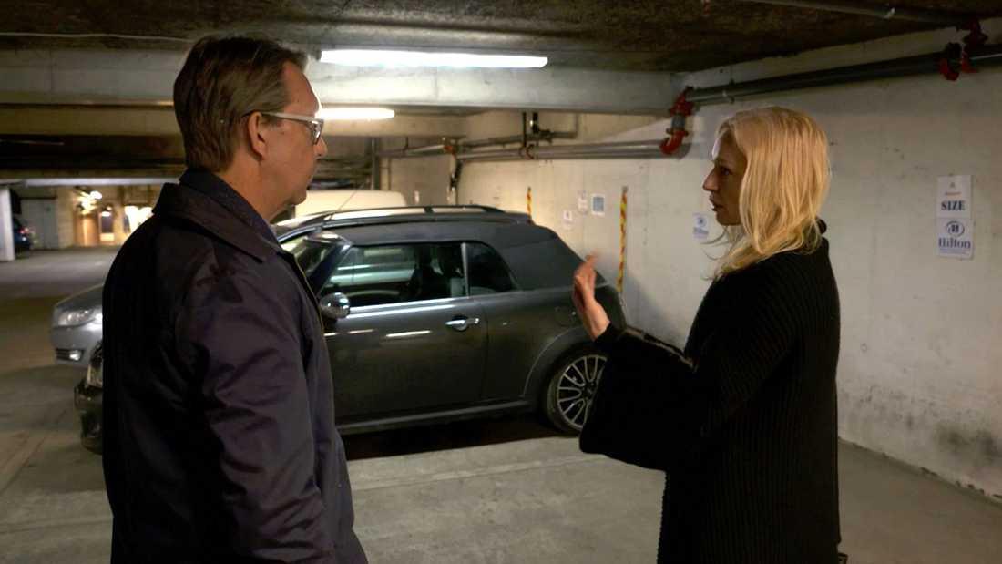 """Isabel Adrian återbesöker parkeringsgaraget där hon blev rånad, tillsammans med Hasse Aro i """"Efterlyst""""."""