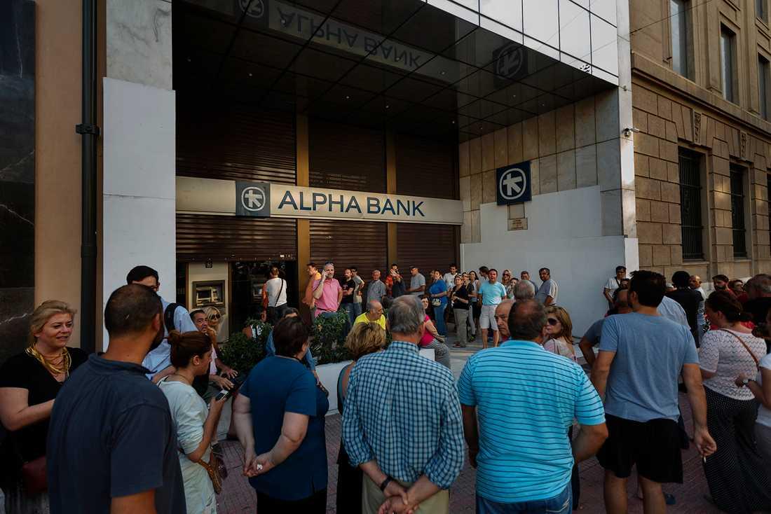 Greker försöker desperat att ta ut sina pengar - och på söndagen kom beskedet att bankerna kommer att hållas stängda under måndagen.