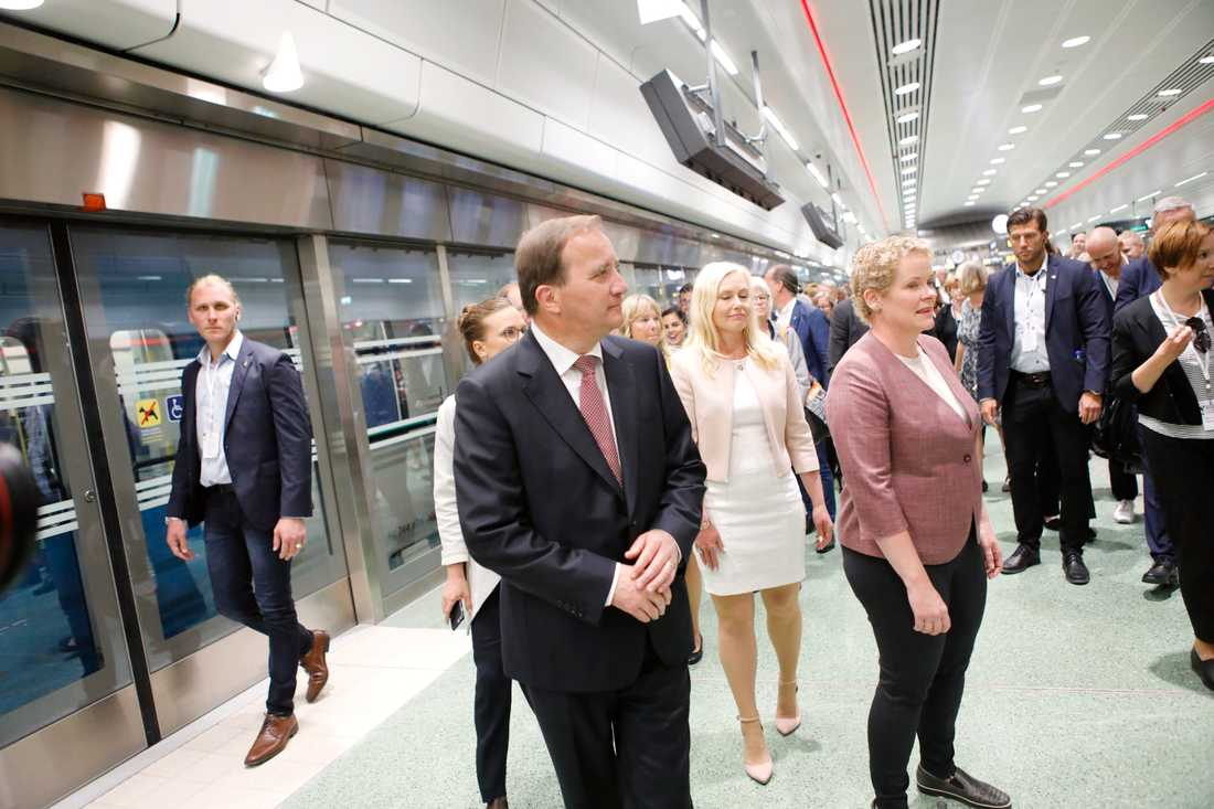 Statsminiser Stefan Löfven, finansborgarråd Karin Wanngård och infrastruktur minister Anna Johansson på rundvandring i nya citybanan i Stockholm.