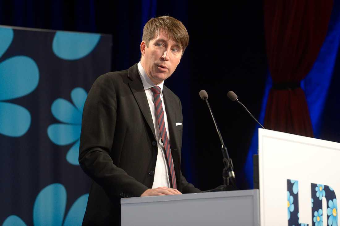 Enligt uppgifter till Aftonbladet riktade den numera sparkade konflikthanteraren kritik mot Richard Jomshof, SD:s partisekreterare.
