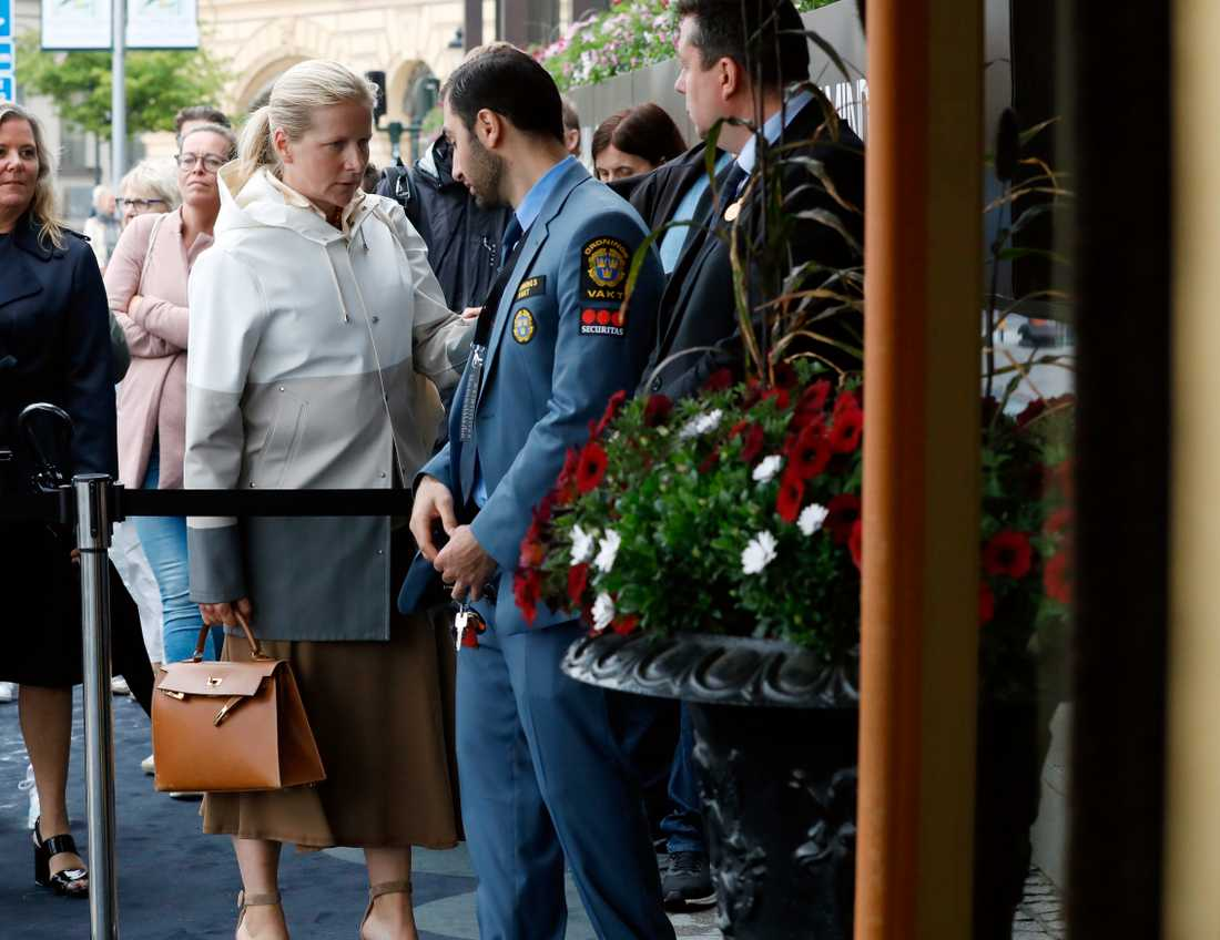 Affärskvinnan Cristina Stenbeck anländer.