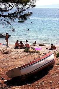 Båt på strand - klassiskt semestermotiv.