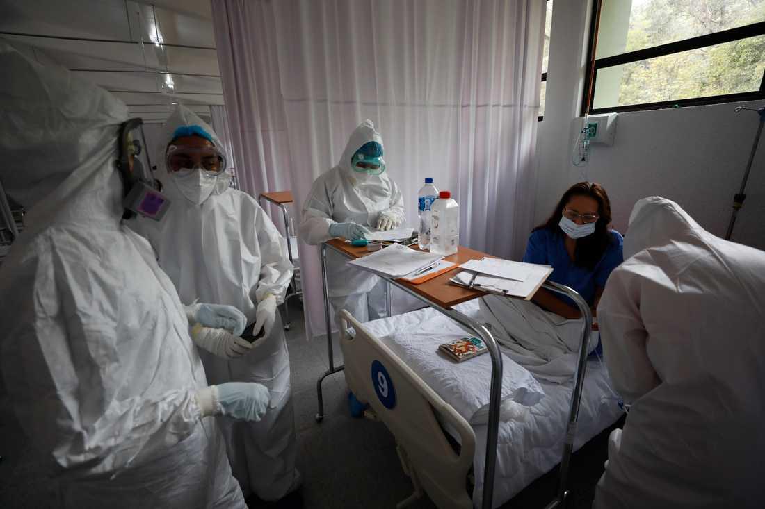 Vårdpersonal hjälper en covidsjuk patient på ett sjukhus i Mexikos huvudstad Mexico City.