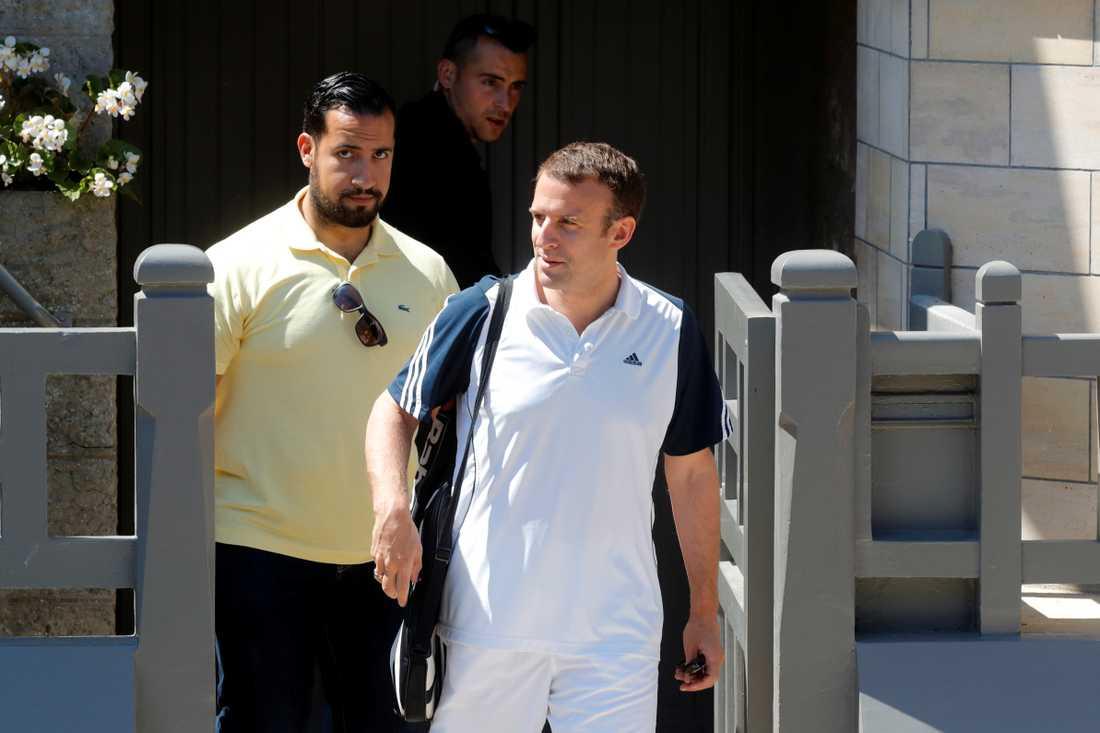 Alexandre Benalla tillsammans med Frankrikes president Emmanuel Macron.