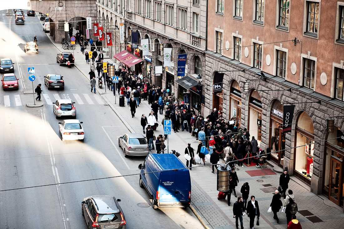Ringlande kö på Kungsgatan Drygt 150 personer stod vid öpningsdags klockan 17 på fredagen i kö på Kungsgatan i centrala Stockholm. Orsaken: Ipad 2.