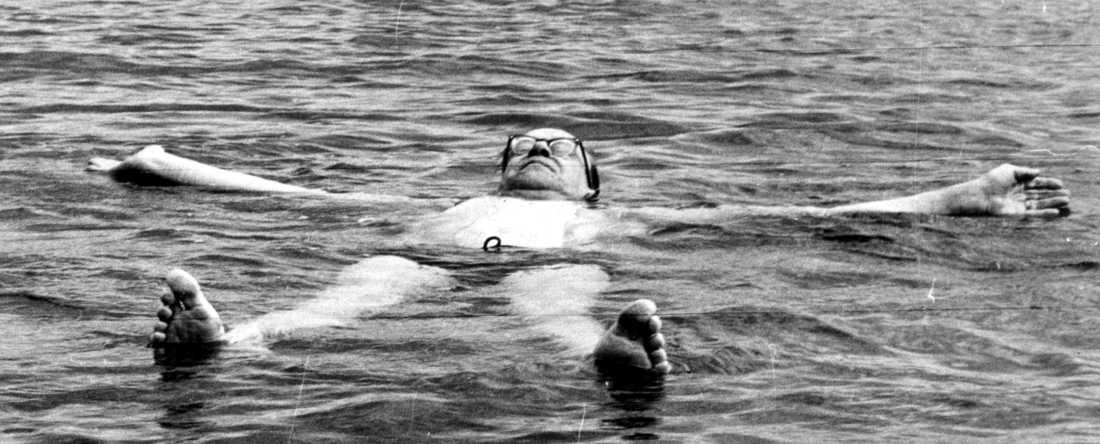 Tage Erlander (S), Sveriges statsminister 1946–1969, badar i Döda havet 1962.