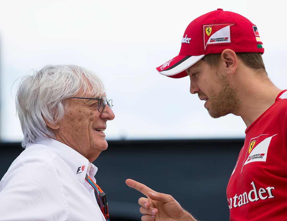 Bernie Ecclestone pratar med Sebastian Vettel.