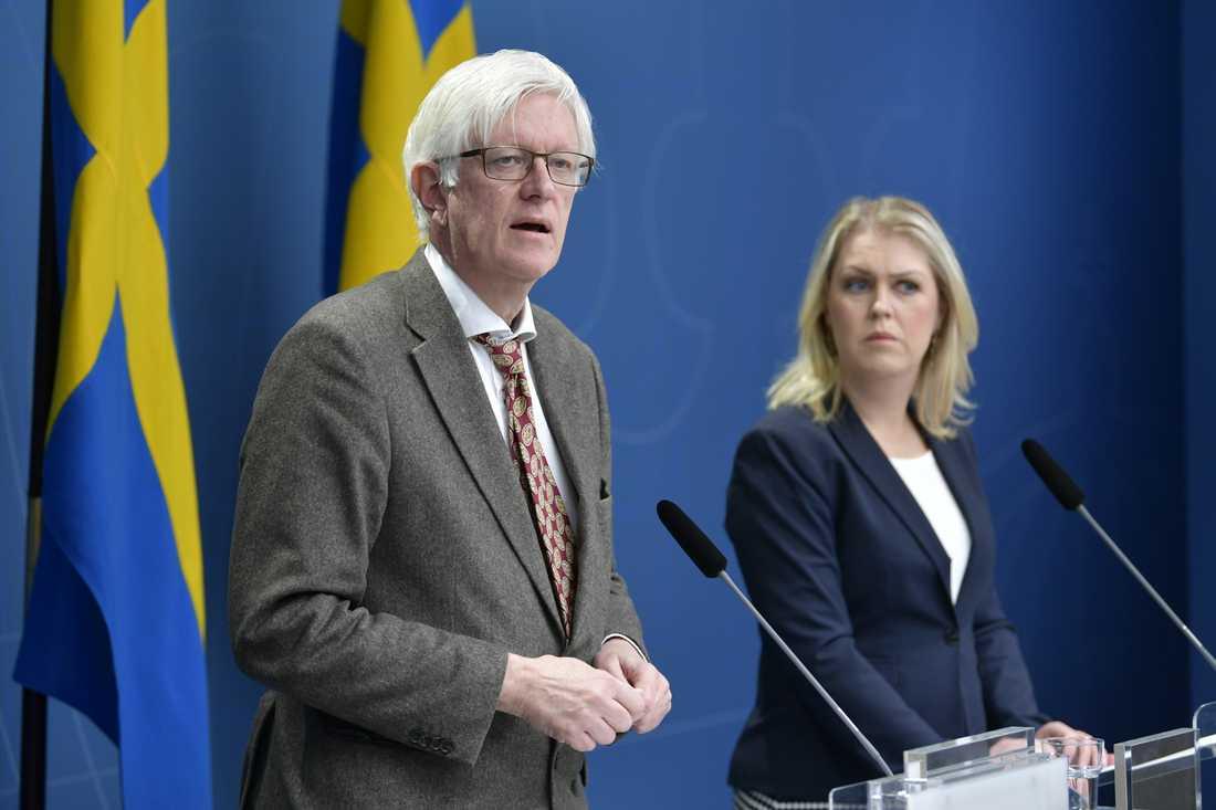Folkhälsomyndighetens generaldirektör Johan Carlson och socialminister Lena Hallengren (S).