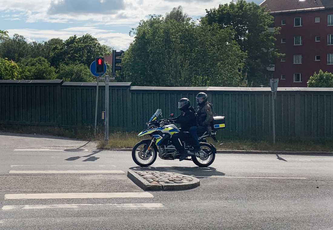 Södertälje lokalpolisområde har börjat med taktiska mc-patruller beväpnade med automatvapnet MP5. Lokalpoliser kör och och baktill sitter en operatör från piketpolisen.