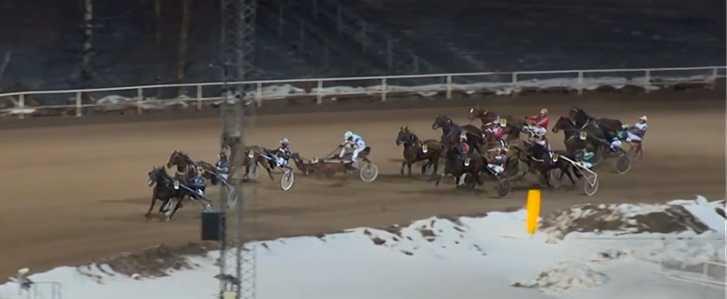 Fyra ekipage var inblandade i den otäcka olyckan på Bergsåker men både kuskar och hästar klarade sig utan allvarligare skador.