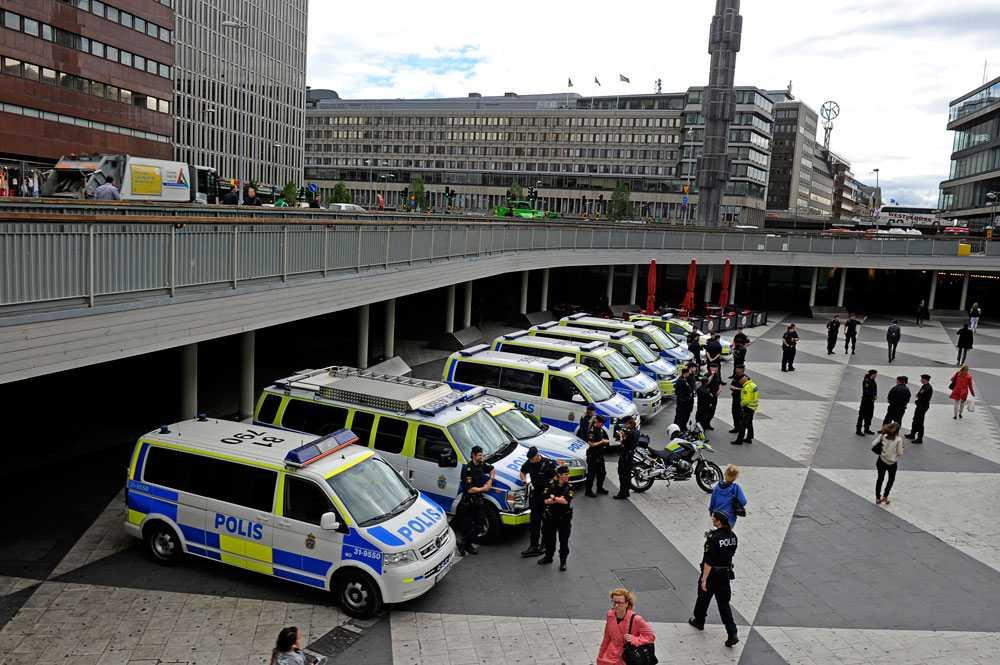 Polisens bilar på Sergels torg.