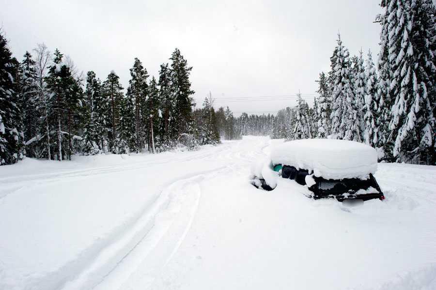 Mannen hittades i sin bil en mil norr om Umeå av skoteråkare. Bilden togs dagen efter att han räddades.