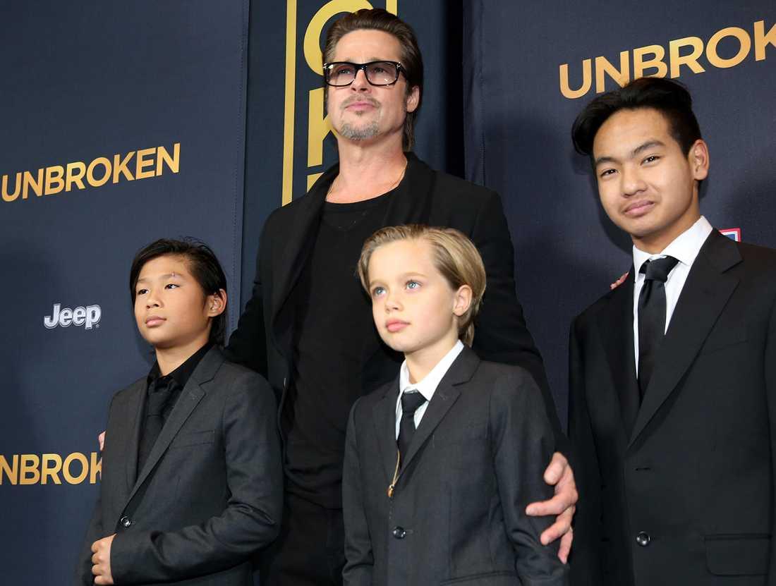Brad Pitt med sönerna.