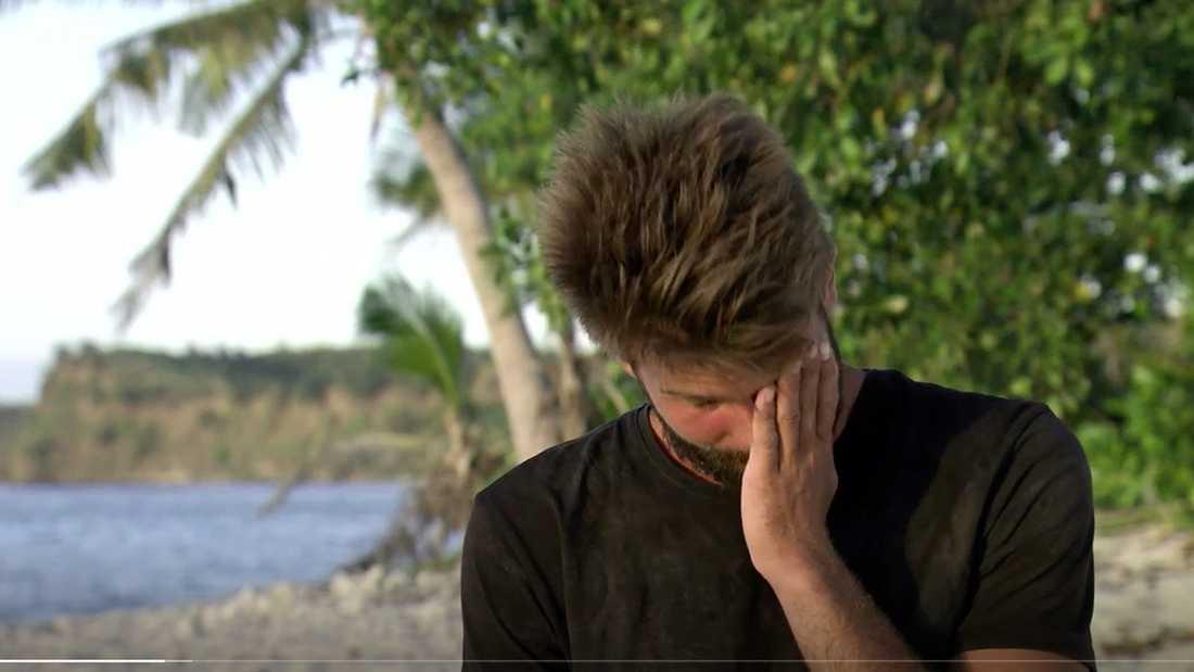 Pascal kan inte hålla tårarna tillbaka när han talar om sin familj.