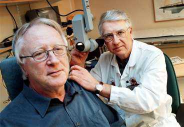 Bild 2 Läkaren Johan Bergenius och Roland Eriksson, som sökt sig till Karolinska sjukhuset för sin yrsel. Se artikel nedan.