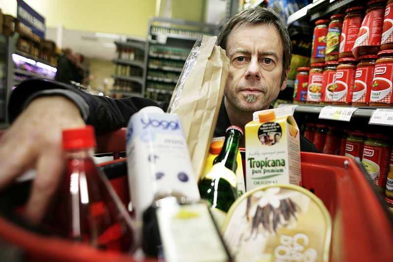 Mats-Eric Nilsson är kritisk till att man kallar juicen färskpressad när den i själva verket kan ha gått flera månader sedan frukten pressades.