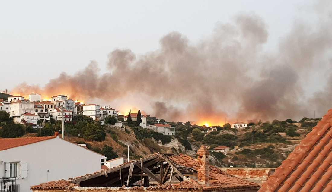 Vittnen har berättat att det var rök över hotellområdet och att de hörde massa sirener samtidigt som det brann uppe i bergen.