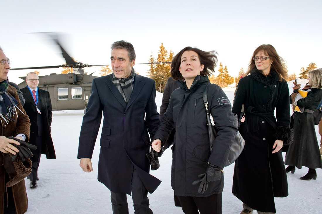 Natos generalsekreterare Anders Fogh Rasmussen hälsas välkommen till Sälen av försvarsministern Karin Enström.