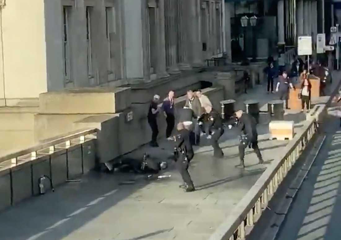 Mannen som attackerade flera personer med en kniv på London Bridge under fredagen är död, sedan han skjutits på platsen, uppger Londonpolisen vid en presskonferens.
