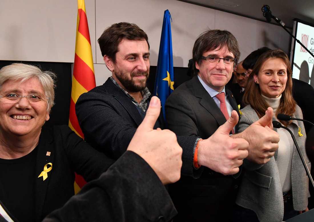 Carles Puigdemont tillsammans med partikollegor på plats i Bryssel.