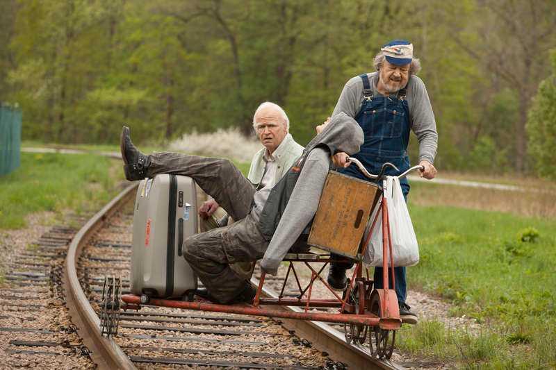 PIGG PENSIONÄR Julius (Iwar Wiklander) trampar dressinen med 100-åringen Allan (Robert Gustafsson). Filmen har premiär på juldagen.
