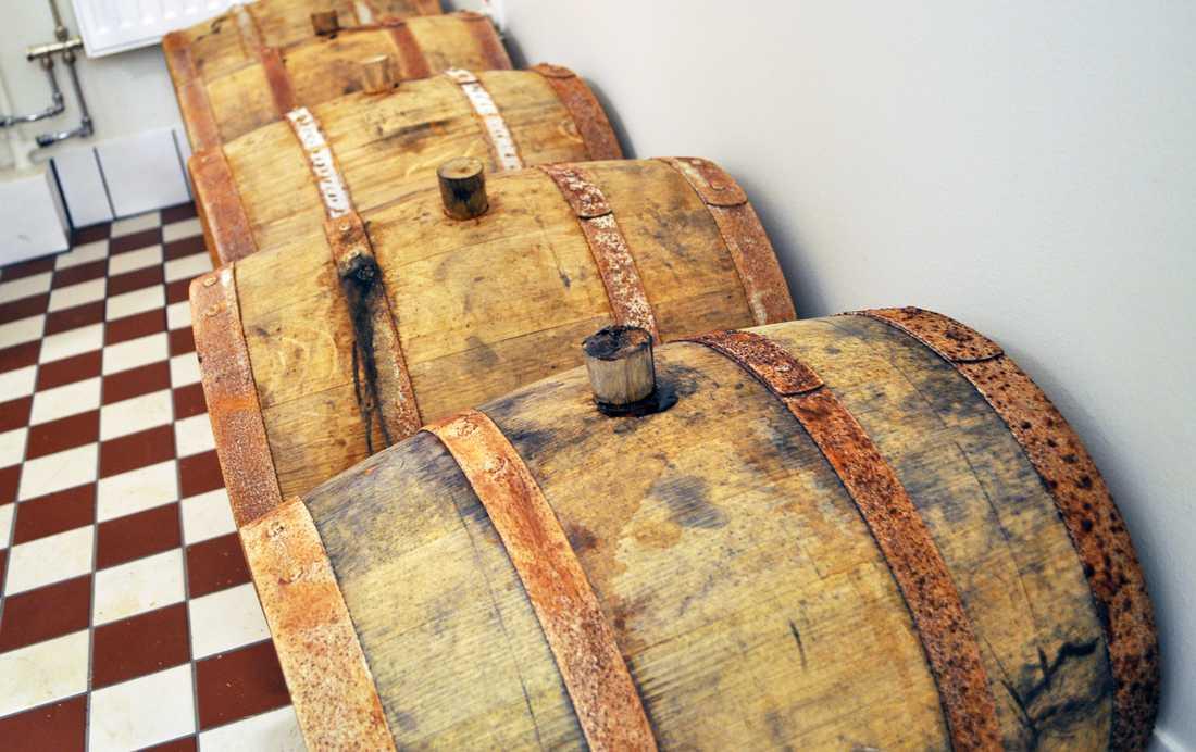 Felsökning Mycket kan gå fel när man gör öl. I tunnan närmast i bild är det till exempel något som håller på att hända, förklarar Fredrik. Det ser man på beläggningen som bildats runt korken.