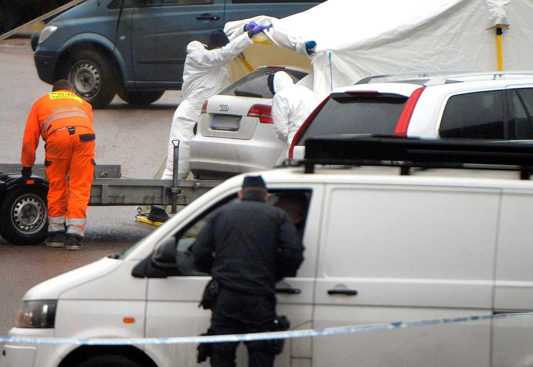 Polisens tekniker transporterar i väg bilen där ett av mordoffren hittades i Uddevalla. Tre människor har hittats mördade.