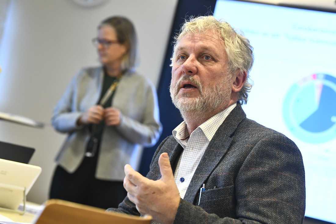 Biståndsminister Peter Eriksson (MP) förklarar den sviktande biståndsviljan bland annat med vissa partiers ifrågasättande av enprocentsmålet.