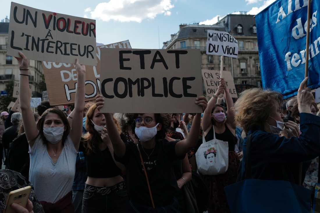 Kvinnor demonstrerade i Paris mot utnämningen av Gérald Darmanin till ny inrikesminister.