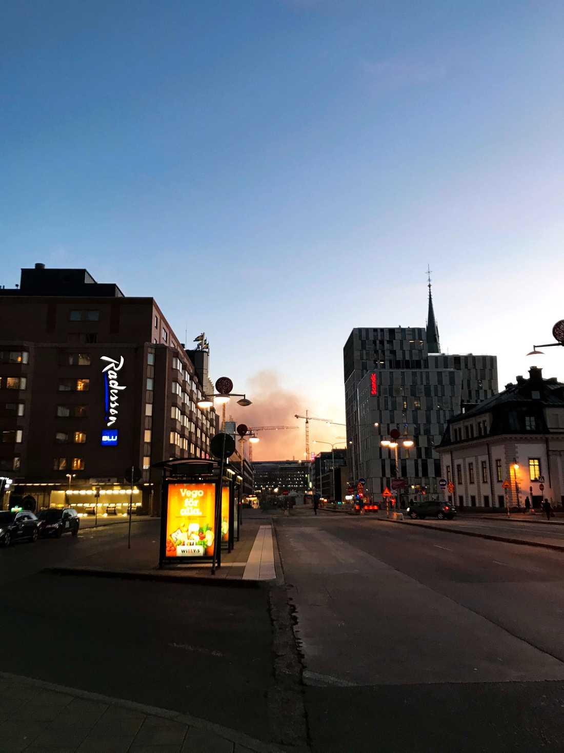 Brandröken syns även från Stockholms centralstation.