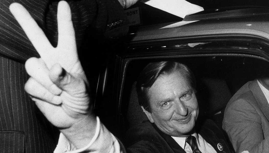En nöjd och lättad Olof Palme gör sergertecknet efter valvinsten 1982.