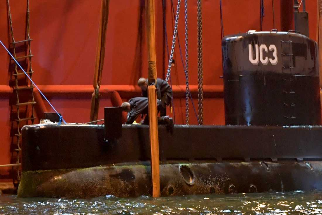 Polisen undersöker ubåten.