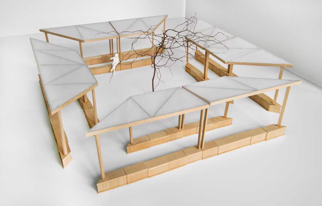 Ninna Kapadia, Nyréns arkitektkontor, har byggt modellen av det flyttbara och expansiva utomhuskapell som ska invigas vid Fröslunda kyrka i Uppland i början av juli.