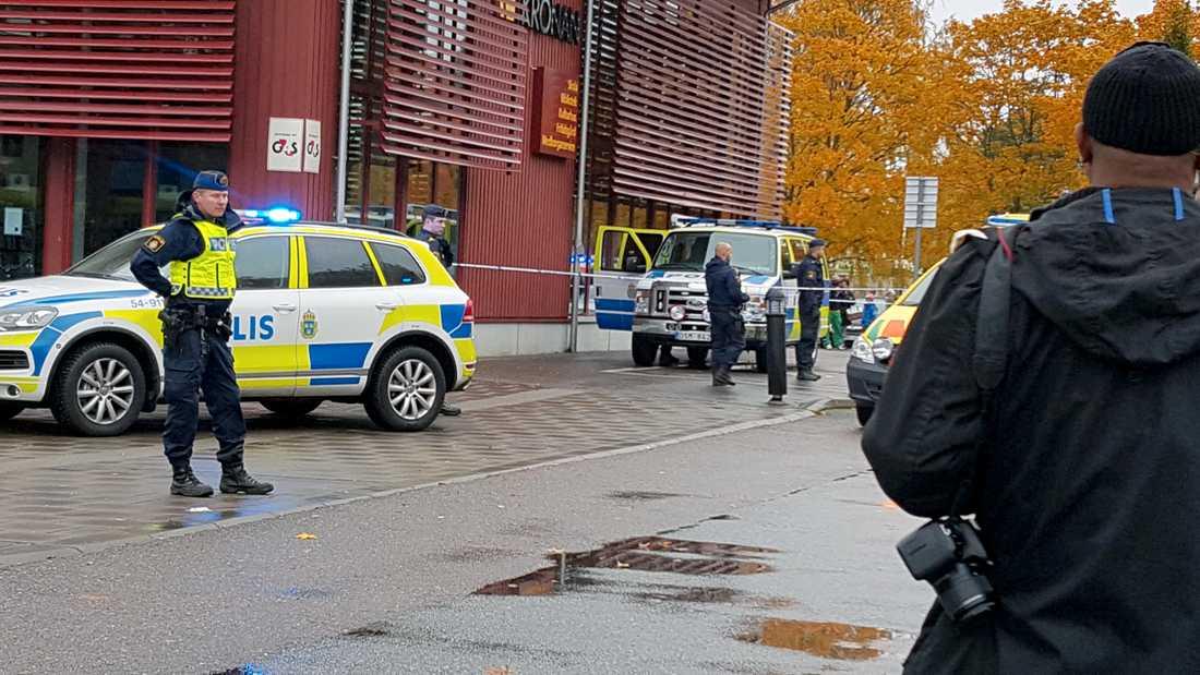 Larmet om attacken orsakade stort pådrag från polis, ambulans och räddningstjänst.