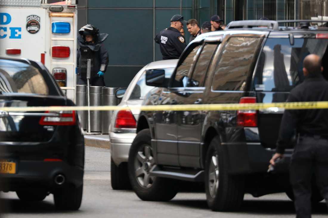 Bombstyrka på plats utanför Time Warner-byggnaden i New York.