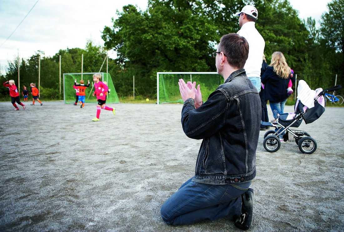 Håll tätt bakåt! Det bränner till framme vid mål. Föräldraklacken ropar uppmuntrande i matchen mellan Solberga BK och Mälarhöjdens IK.