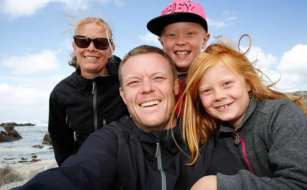 Författaren och fotografen Niklas Kämpargård tillsammans med sin fru Kristina och barnen Kalle och Hilda.