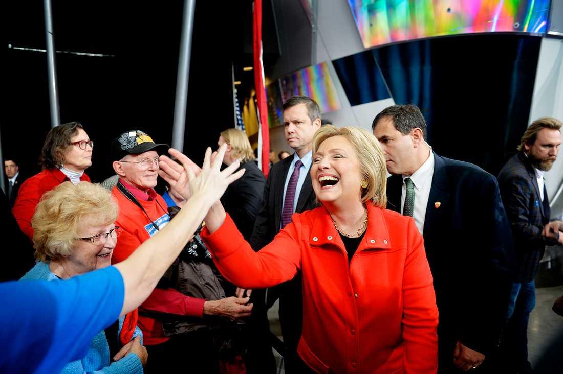 Hillary Clinton gör en high five med en åhörare. Det var i början av 2016 och oddsen talade för Hillary Clinton som USA:s nästa president.