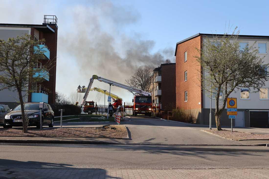 Styrkor från Skara, Götene och Falköping ryckte ut för att försöka begränsa skadorna och släcka elden.
