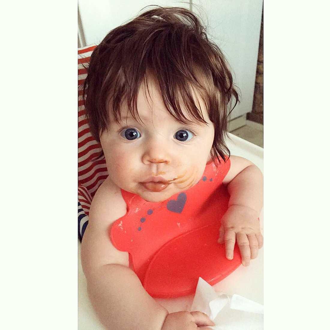 """Lizette från Strömsund har skickat en bild på dottern Moa när hon var bebis: """"Hon föddes med mycket hår, och det fortsatte växa i raketfart. Hon blir tre om ett par veckor och har ett hår som gör alla avundsjuka! Vi har aldrig klippt henne och om jag får bestämma kommer vi aldrig göra det""""."""
