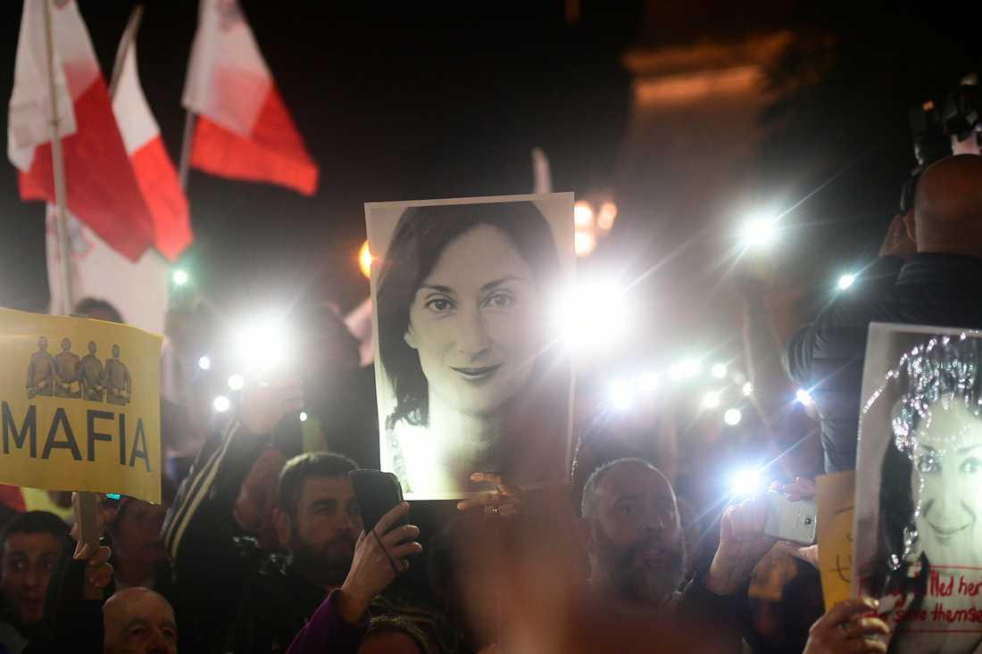 Bilden på den mördade journalisten Daphne Caruana Galizia har har blivit välkänd bland demonstrationer utanför parlamentet i Valletta.