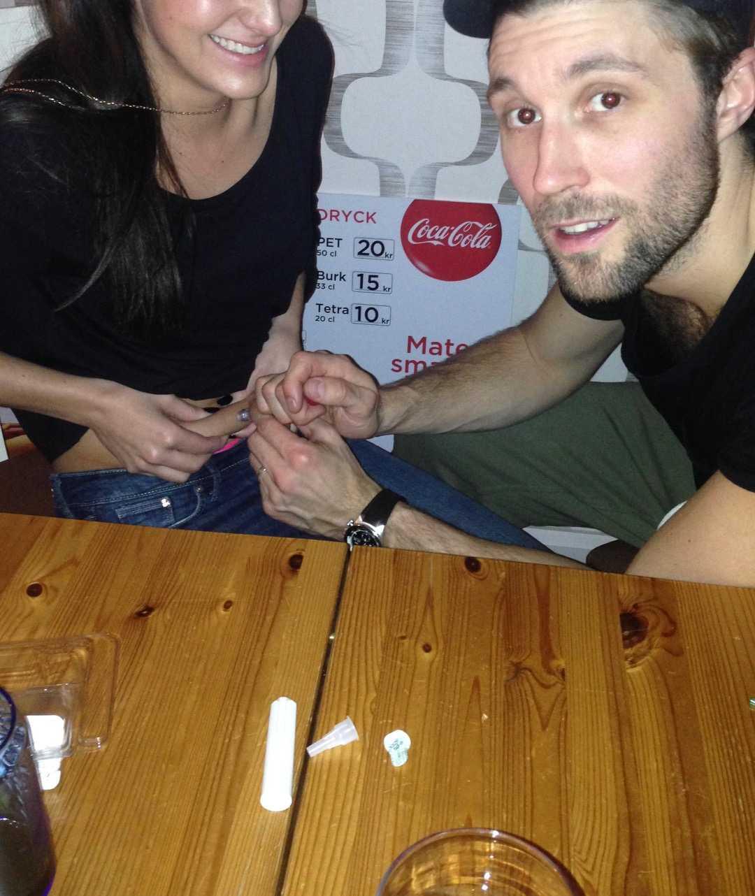 Angelica fick hjälp av sin man att ta sprutorna under IVF-behandlingen.