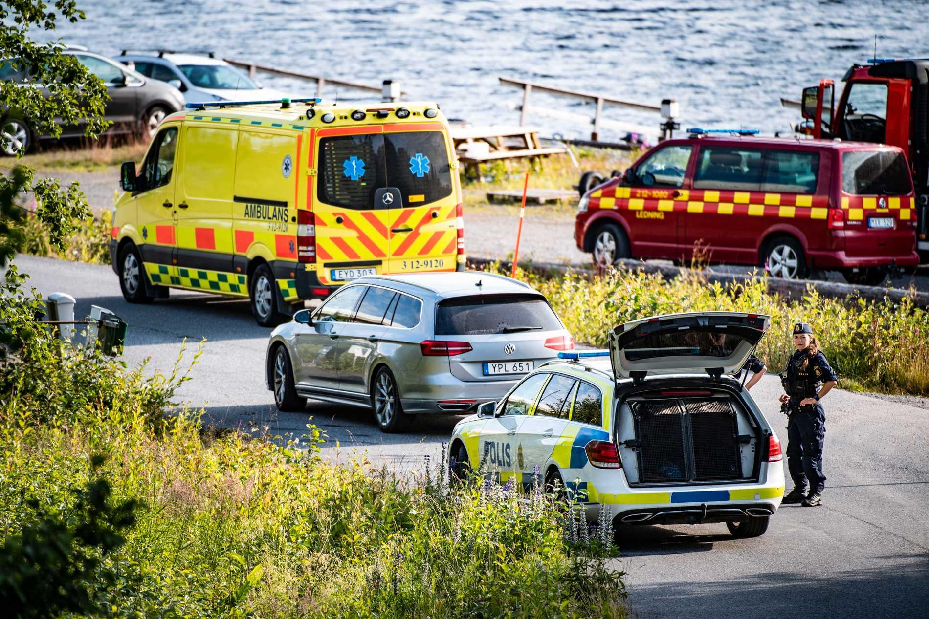 Nio personer omkom när ett enmotorigt flygplan kraschade på ön Storsandskär i Umeälven. Ombord fanns en pilot och åtta fallskärmshoppare. Polisen och räddningstjänst i närheten av olycksplatsen.