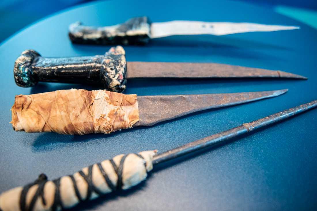 Knivarna är gjorda i fängelset. Börje fick dem som ett löfte av exfångar om att inte längre använda våld.