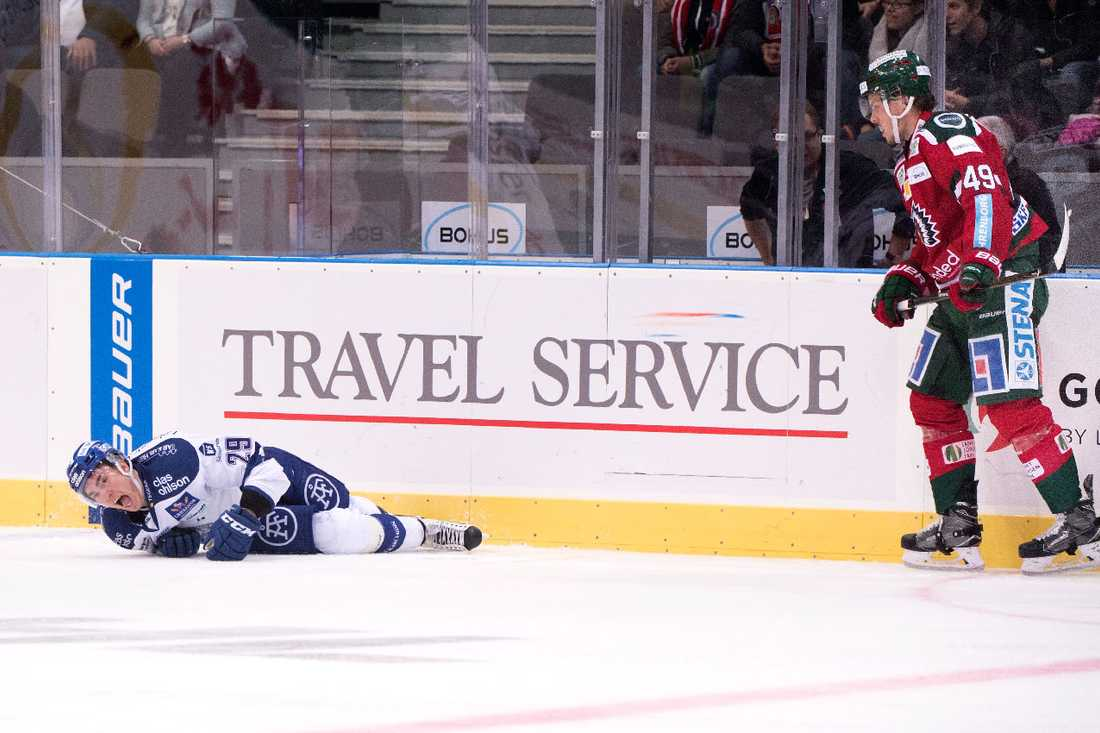 Leksands Tobias Forsberg ligger på isen efter en tackling från Frölundas Oscar Engsund.