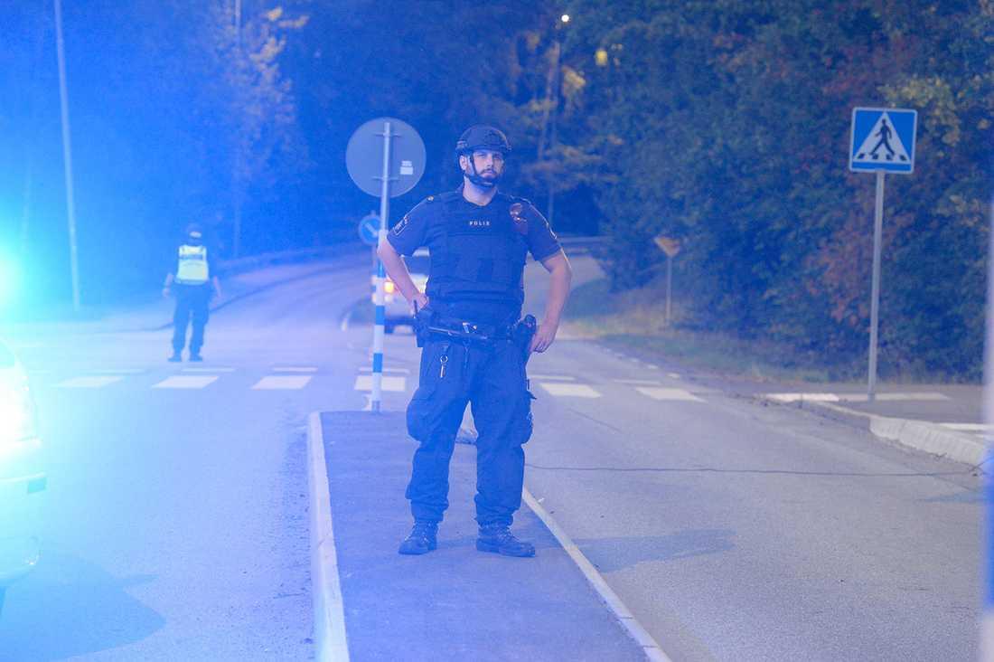 Polisen har spärrat av vid Kalhäll efter rånet.