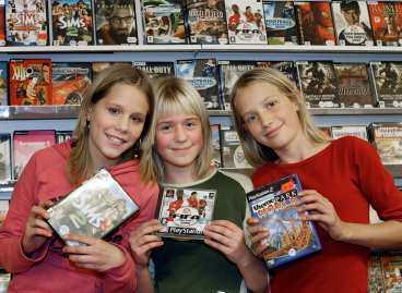 """kul klapp I år vill ungdomar i åldern 9-15 ha pengar och husdjur i julklapp. """"Vi önskar oss dataspel. Det är jätteroligt och vi har redan många"""", säger Mimmi Bergmark, 12, Lisa Grundskog, 12, och Sara Nygren, 12, alla från Enskede."""