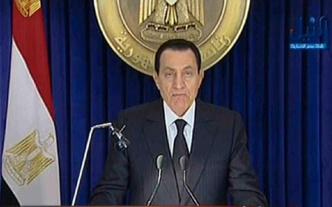 Tal till Egypten Mubarak har beordrat regeringen att avgå. Själv sitter han kvar.